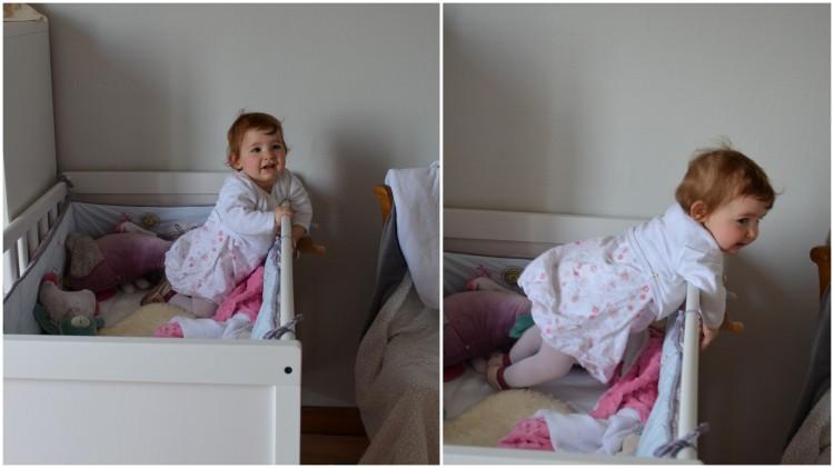Misha debout dans son lit au réveil de sieste